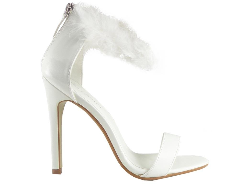 Weiße Sandalen mit hohen Absätzen und einer Dose