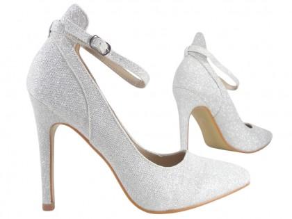 Buty online z srebrnym kolorze z paskiem przy kostce