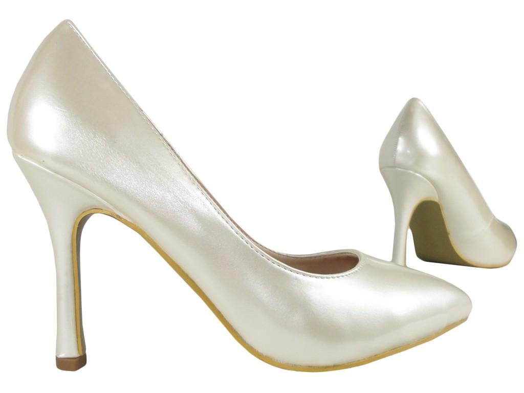 79ae4536 Białe ecru szpilki perłowe lakierowane - KOKIETKI