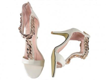 Białe sandały z paskiem
