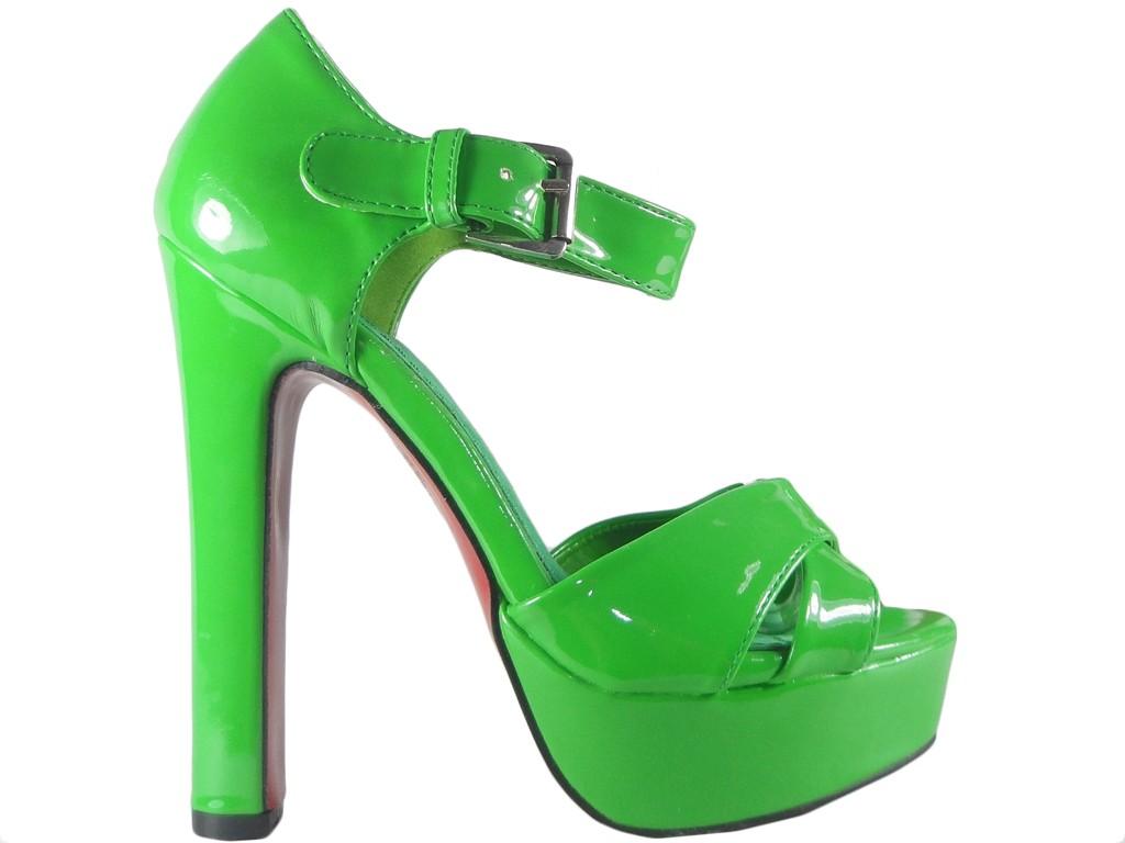 Zielone sandały na słupku