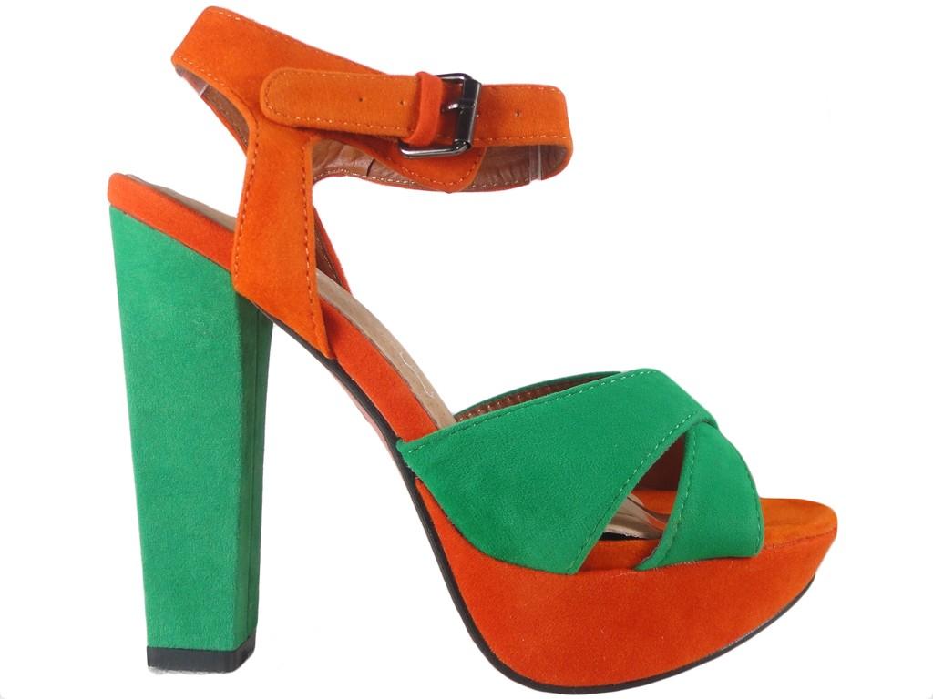 Grün-orange Sandalen auf einem Pfosten - 1