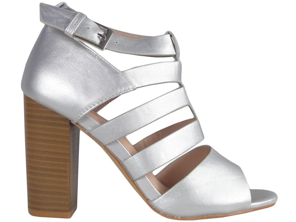 bca785df5d2e5 Matowe srebrne sandały na słupku - KOKIETKI