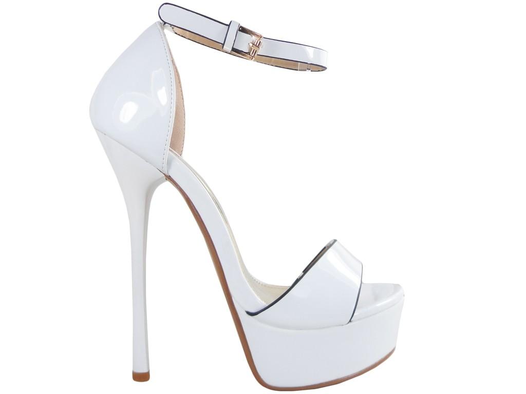 High Heels mit weißen Hochzeitssandalen mit Knöchelriemen - 1