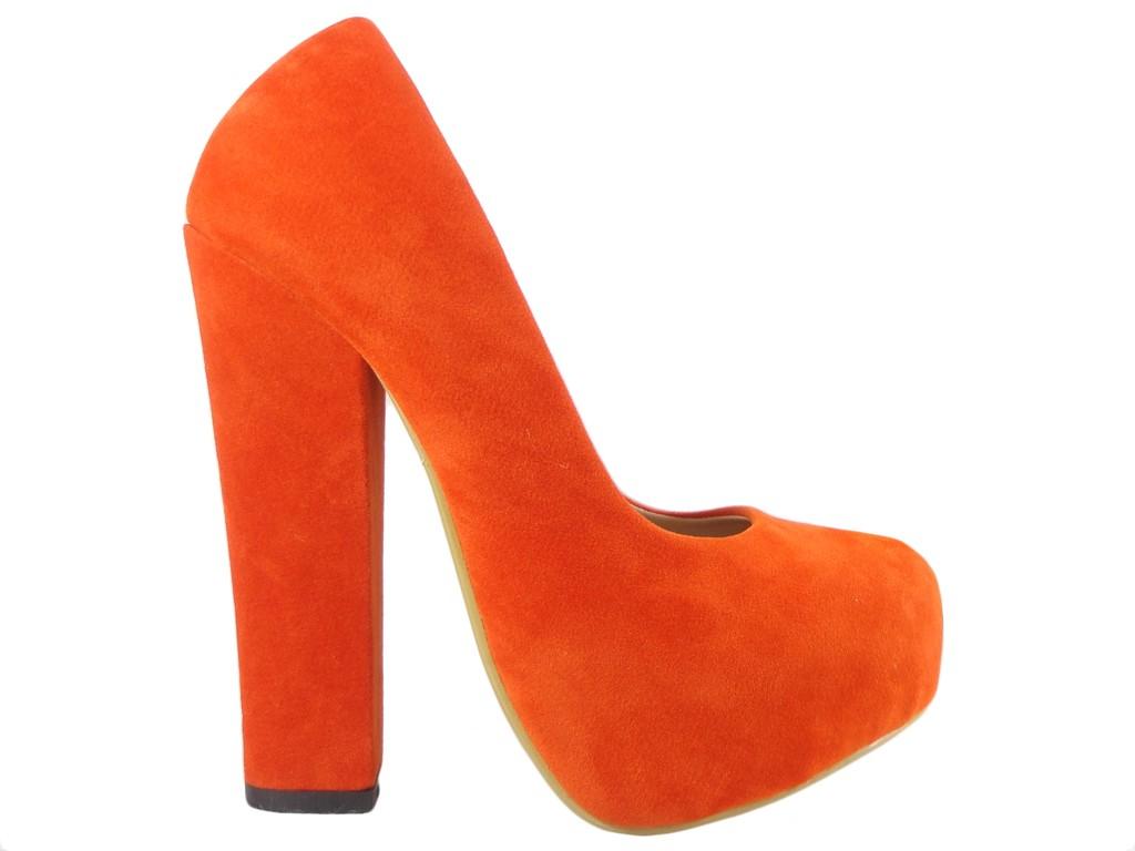 546fc44def7251 Czerwone szpilki na słupku zamszowe i stabilne obuwie