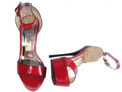 Czerwone sandałki na szpilce z paskiem w kostce