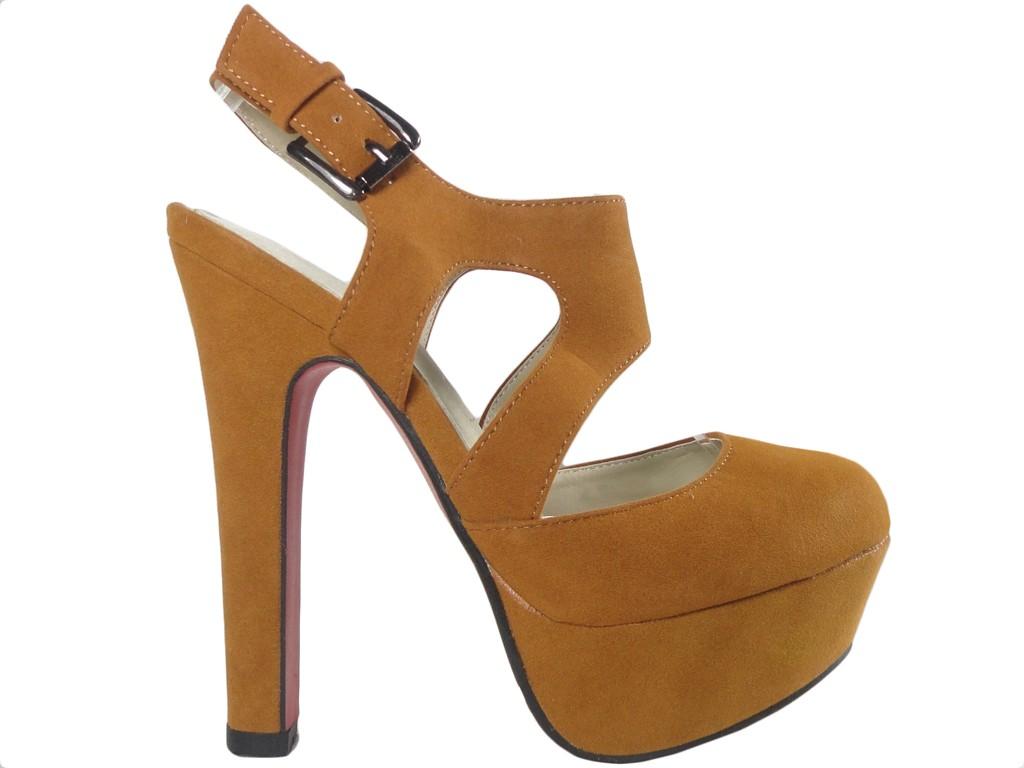 Braune Sandalen auf einer hohen Pfostenplattform - 1