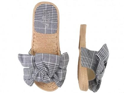 Czarne klapki damskie płaskie buty w kratkę
