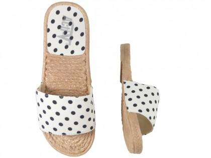 Białe klapki w kropki damskie płaskie buty