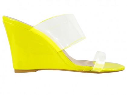 Gelbe Hausschuhe auf den Keilen mit transparenten Streifen - 1