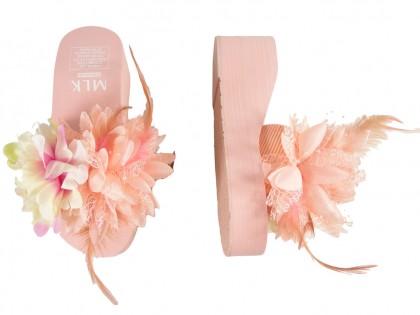 Różowe pink klapki damskie z na koturnie z piórami