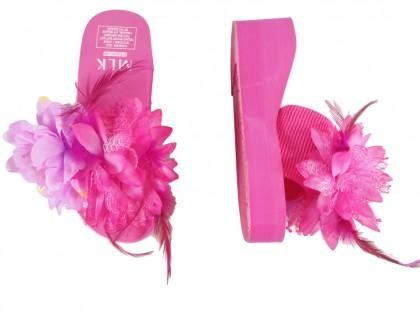 Różowe klapki damskie z na koturnie z piórami