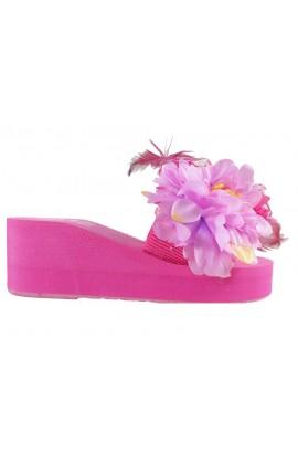 Różowe klapki damskie na koturnie z piórami