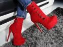 Rote Stiefel auf den Plateaustiften aus Wildleder - 2