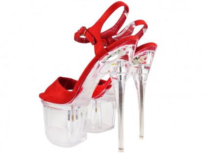 Piros magas sarkú cipő az átlátszó üveg emeletén - 2