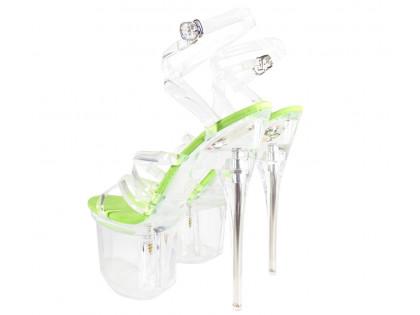 Zielone przezroczyste szpilki na platformie szklanki