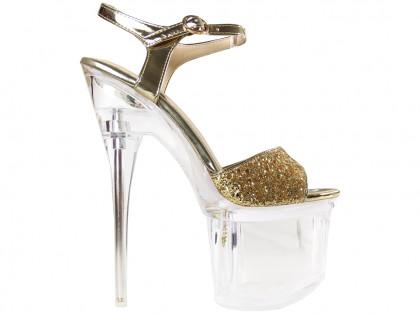 Csillogó arany tűsarkú cipők a peronon, üvegszandálok - 1