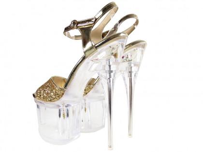 Csillogó arany tűsarkú cipők a peronon, üvegszandálok - 2
