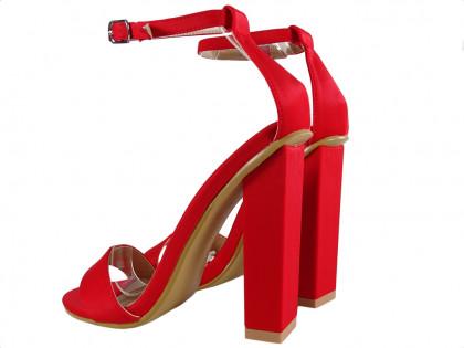 Czerwone sandałki na słupku z paskiem w kostce
