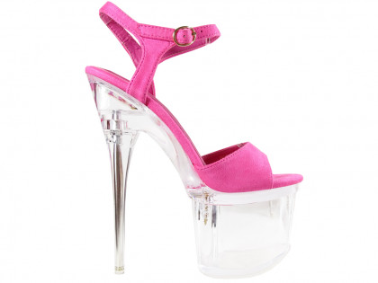 Női rózsaszín tűsarkú cipők a peronon, szemüveggel - 1