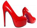 Rote Stifte auf dem Plateau lackierte High Heels - 3