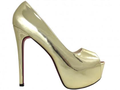 Goldene Pins auf dem Plateau große High Heels - 1