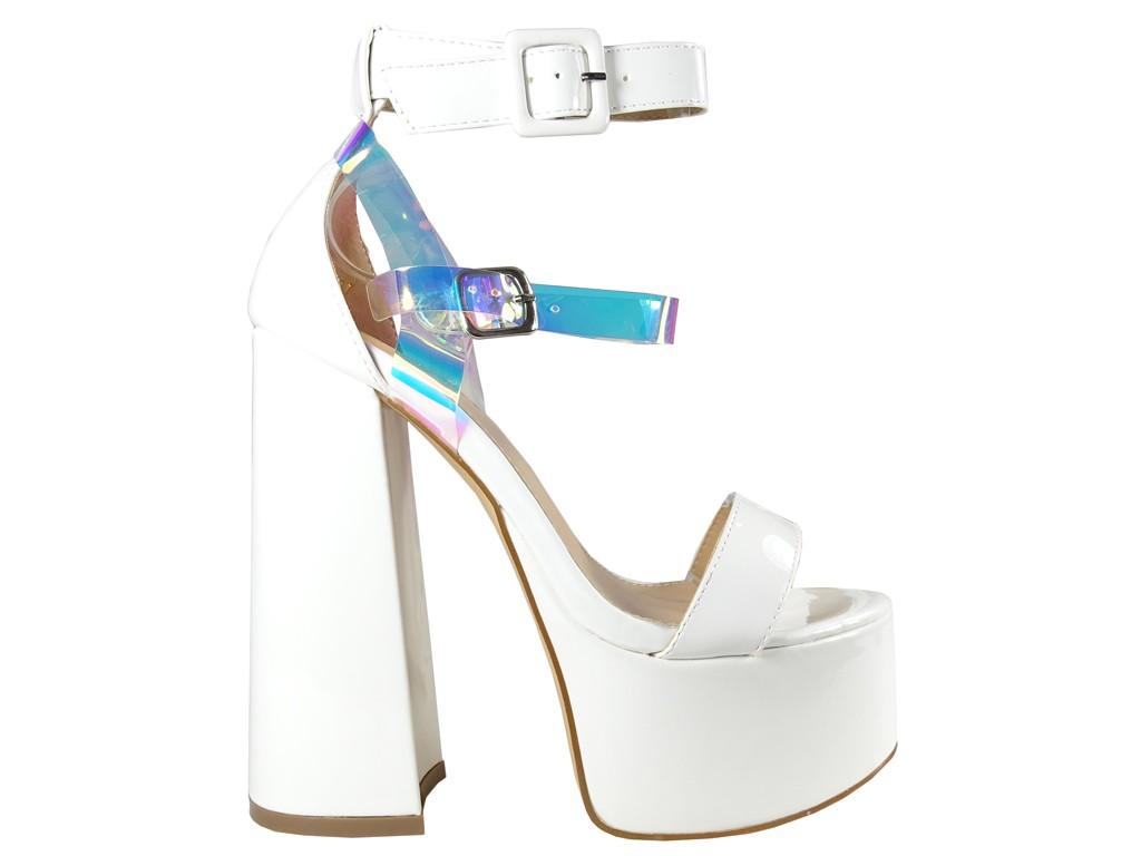 Białe sandały na platformie i słupku z paskiem