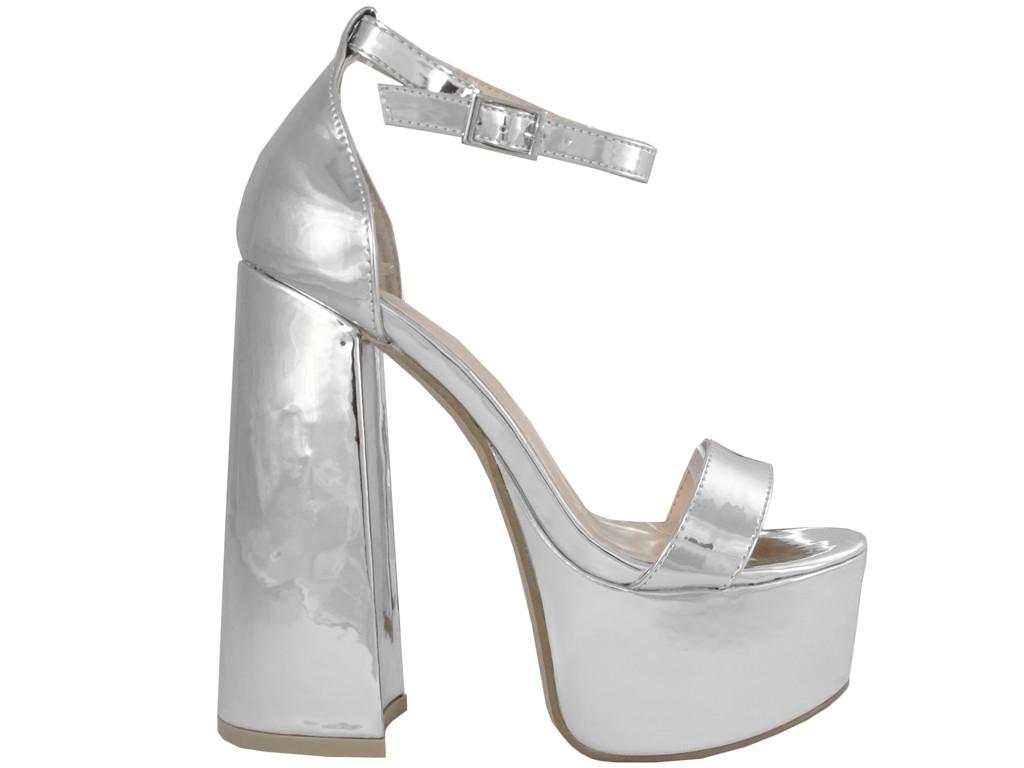 Srebrne sandały na platformie i słupku z paskiem