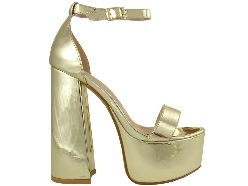 Złote sandały na platformie i słupku z paskiem