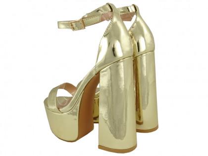 Złote sandały na platformie i słupku z paskiem - 2