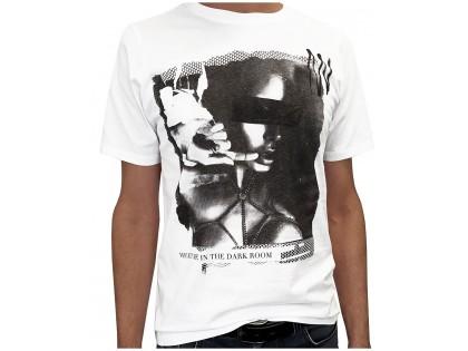 Férfi fehér póló sötét szoba - 1