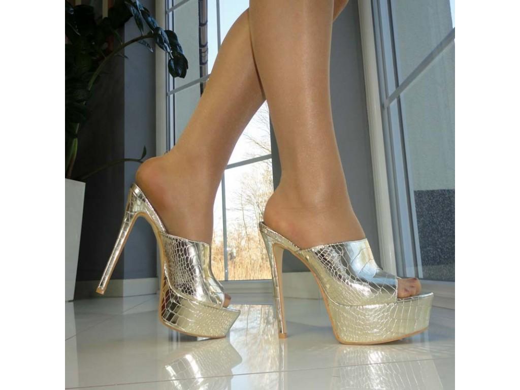 9bba6481a1f065 Klapki damskie na wysokiej platformie w kolorze złotym